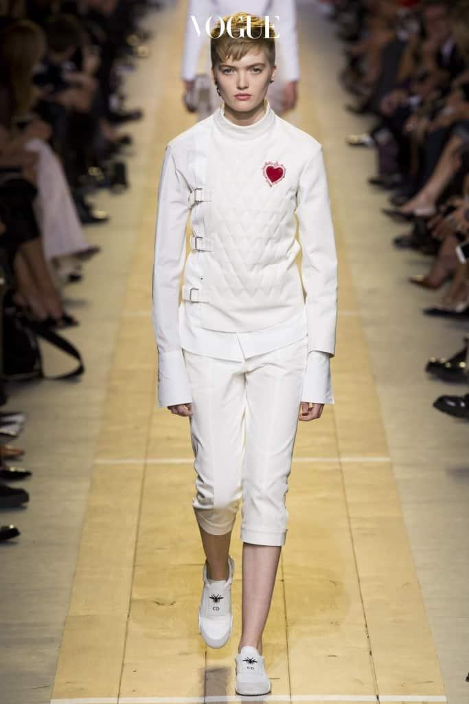 오랫동안 프랑스의 '여성성'을 대표해온 디올(Dior)이다. 펜싱 유니폼에서 영감받은 시크한 화이트 재킷에는 훈장처럼 강렬한 하트 모티프가 새겨져 있다.