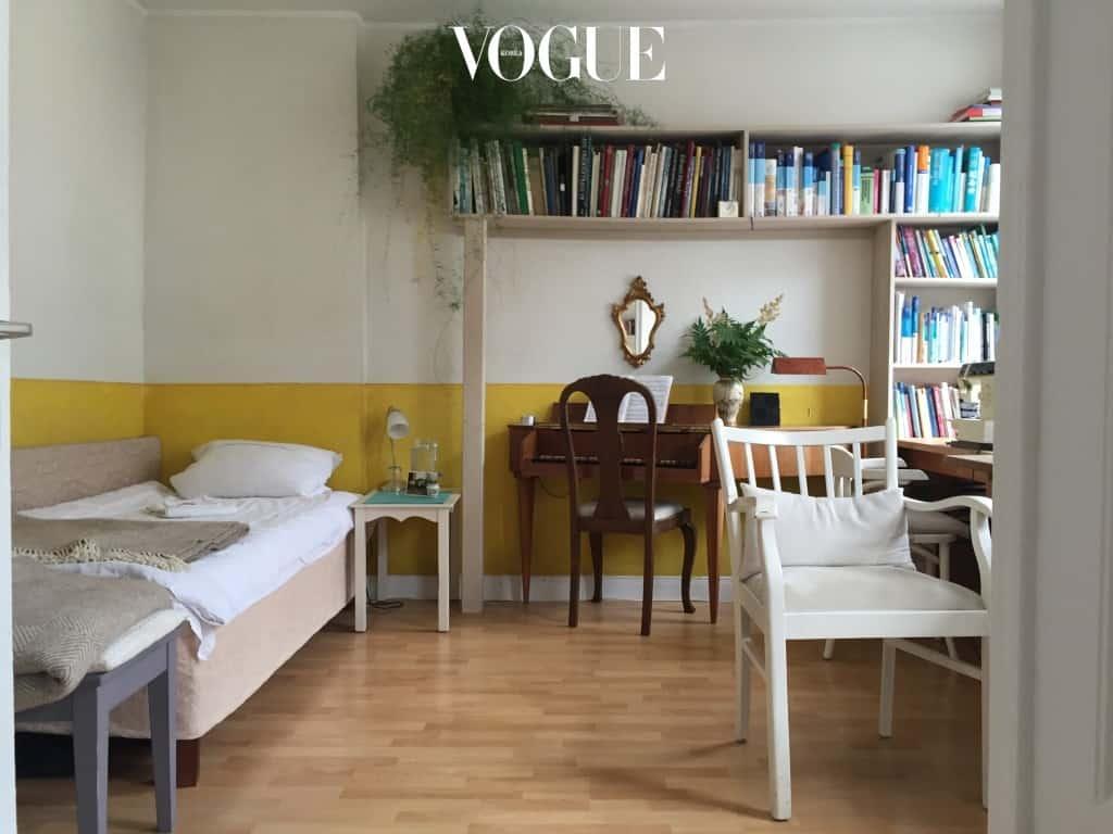 내가 묵었던 방엔 새하얀 린넨 시트로 덮인 작은 싱글 침대와 오래된 하프시코드 한대가 놓여있었다. 여기저기 꽂혀 있는 빛 바랜 책들과 주인의 재봉틀, 삐걱거리는 문소리까지 더해져 수십 년 전으로 거슬러 간 기분이었다.