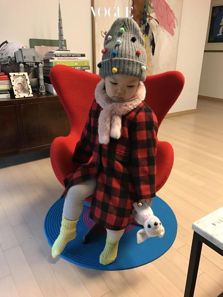모자를 쓰기 싫어하는 아이들도 장난감처럼 귀여운 폼폼이 달린 비니만큼은 좋아한답니다. 레깅스와 체크 코트, 폼폼 비니의 조화가 꽤 예쁘죠?  체크 패턴 코트는 래비티(rabbit), 양말은 제이크루 키즈(j crew kids), 폼폼 비니는 핸드메이드 제품으로 선물 받은 것.