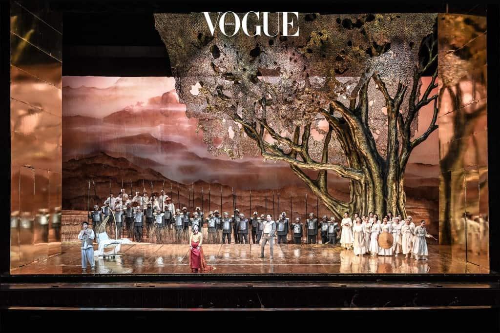 오페라 이 2016년에 이은 앙코르 공연으로 열립니다. 이탈리아 당대 최고의 작가 외젠 스크리브의 대본을 토대로 삼았죠. 연출가 크리스티나 페졸리가 등장 인물의 섬세한 심리를 탁월하고 표현했고, 그녀와 오랫동안 호흡을 맞춘 무대 디자이너 자코모 안드리코와 의상 디자이너 로잔나 몬티가 제작에 참여해 완성도 높은 무대를 선사합니다. 3월 22일부터 25일까지. 세종문화회관 대극장.