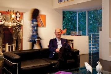 클리포드 아인스타인의 뒤에 위치한 에드워드 키엔홀츠의 문제작이 인상적이다. 가구는 모두 르 코르뷔지에 작품.
