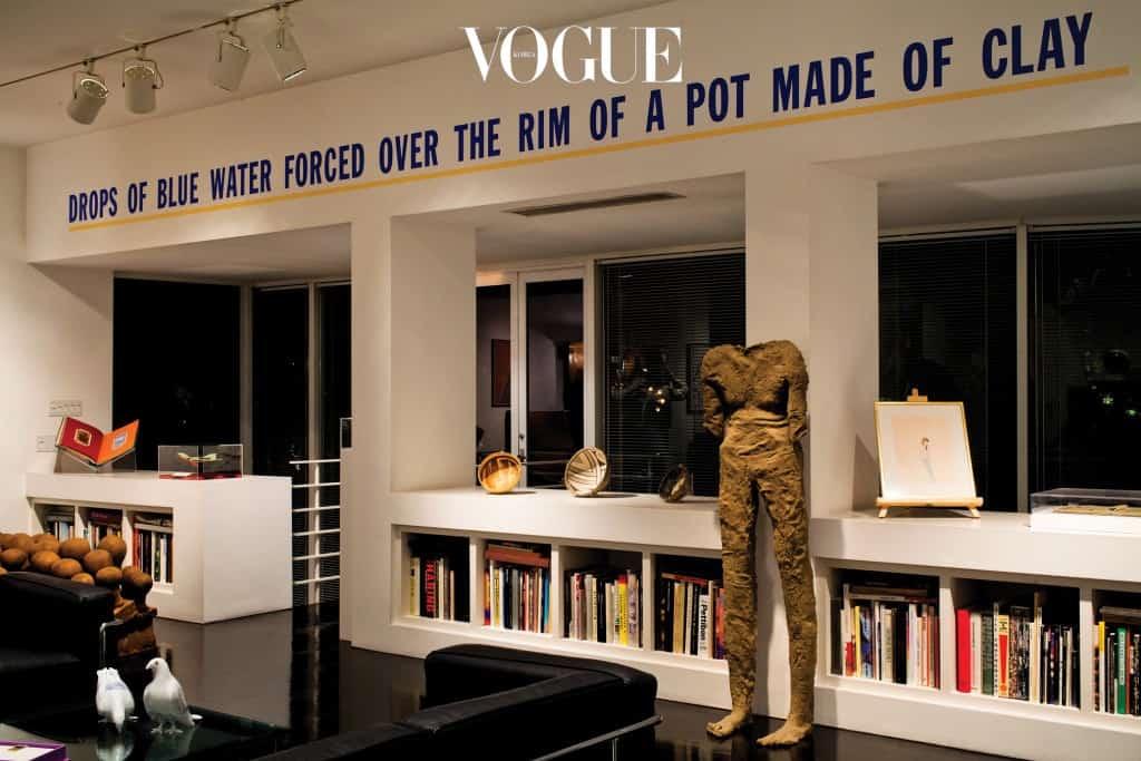 로렌스 와이너가 직접 와서 설치한 텍스트 아트. 머리 없는 사람 형상의 조각은 막달레나 아바카노비치 작품.