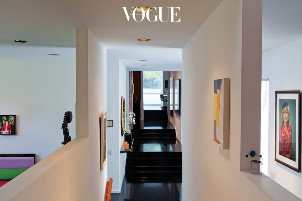 갤러리보다 드라마틱한 집의 1층 전경. 왼쪽으로는 엘리자베스 테이튼의 그림이, 오른쪽으로는 신디 셔먼의 작품이 보인다.