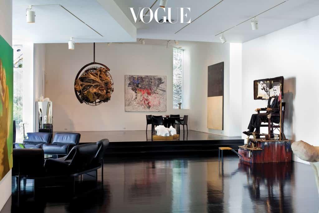 절묘한 균형 감각이 빛나는 2층 거실. 왼쪽으로는 왕게치 무투의 그림과 크리스 버든의 '메두사의 머리'가, 오른쪽으로는 에드워드 키엔홀츠의 작품이 중심을 잡아준다. 오른쪽 테이블은 수많은 아티스트와 정감 어린 저녁을 먹었던 곳.
