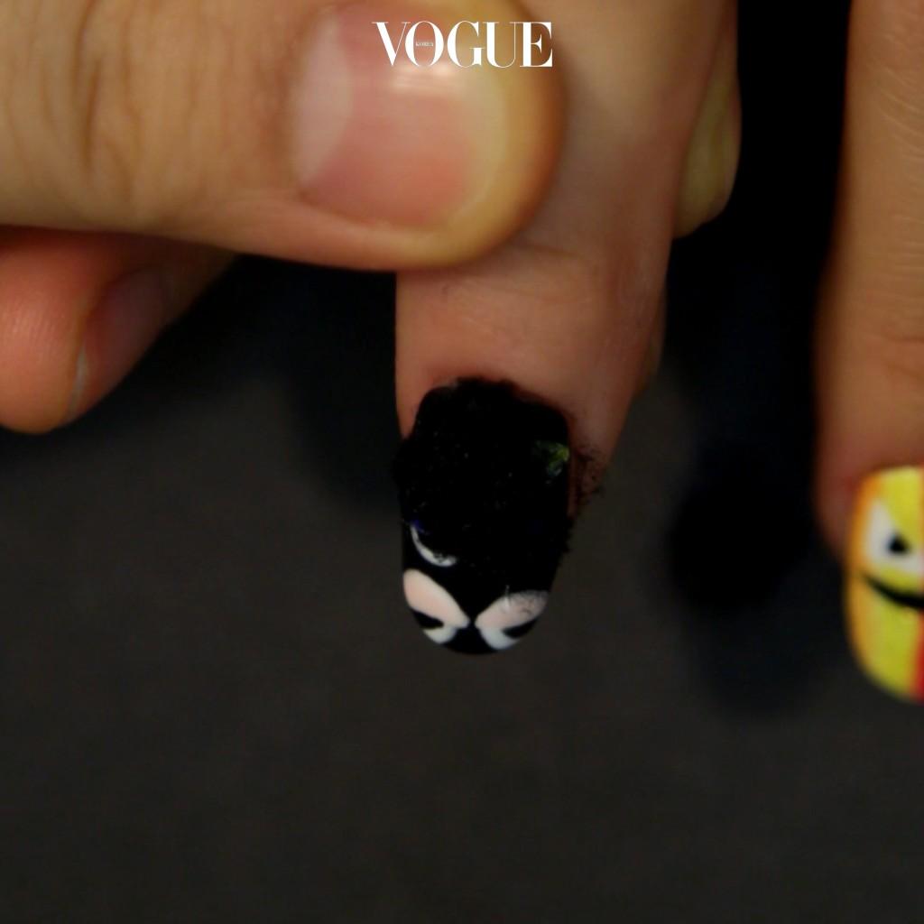 STEP 4 눈알을 제외한 블랙 바탕 부분에 미경화 탑젤을 바른 뒤 벨벳 글리터를 듬뿍 올려줍니다. 손가락으로 툭툭 쳐서 가루를 털어냅니다.