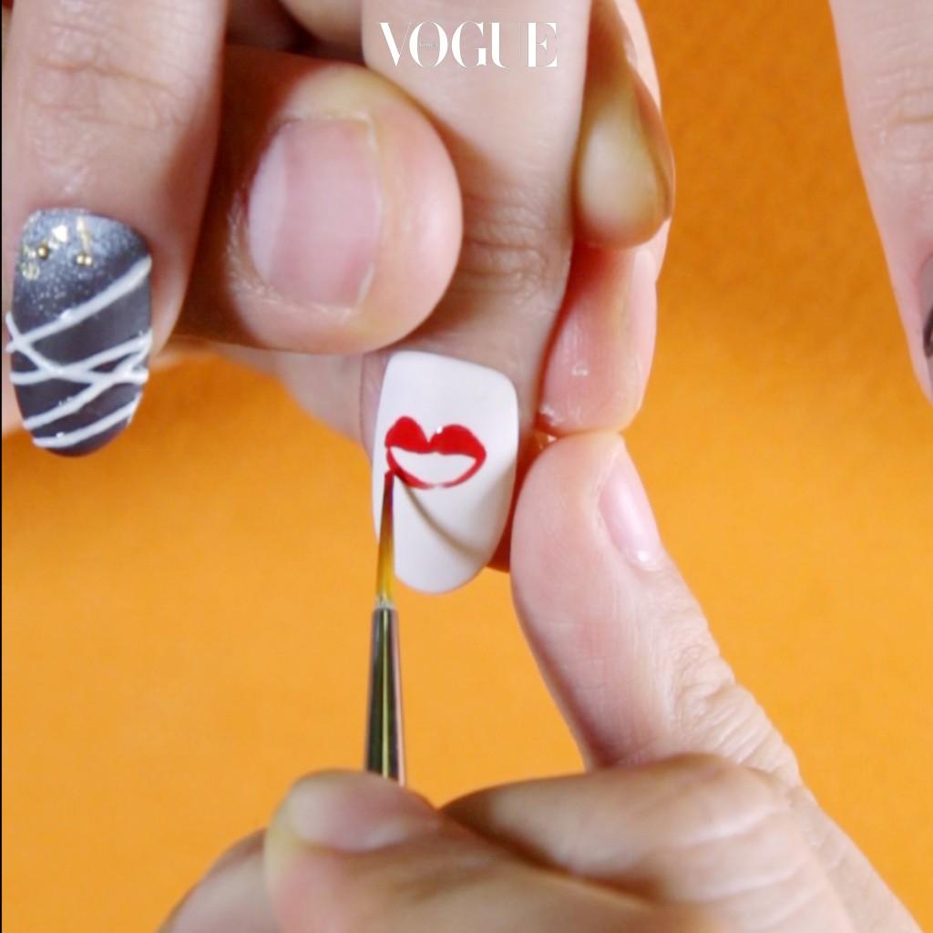 STEP 2 얇은 브러쉬를 이용해 도톰하고 섹시한 입술 모양을 그린 뒤 젤 네일 전용 램프 속에 손을 넣고 굳힙니다.