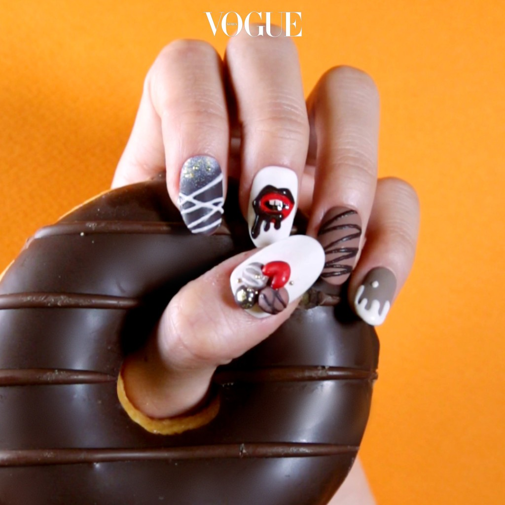 STEP 5 생 초콜렛에서 영감을 얻어 나머지 손가락의 디자인도 완성해 보세요.
