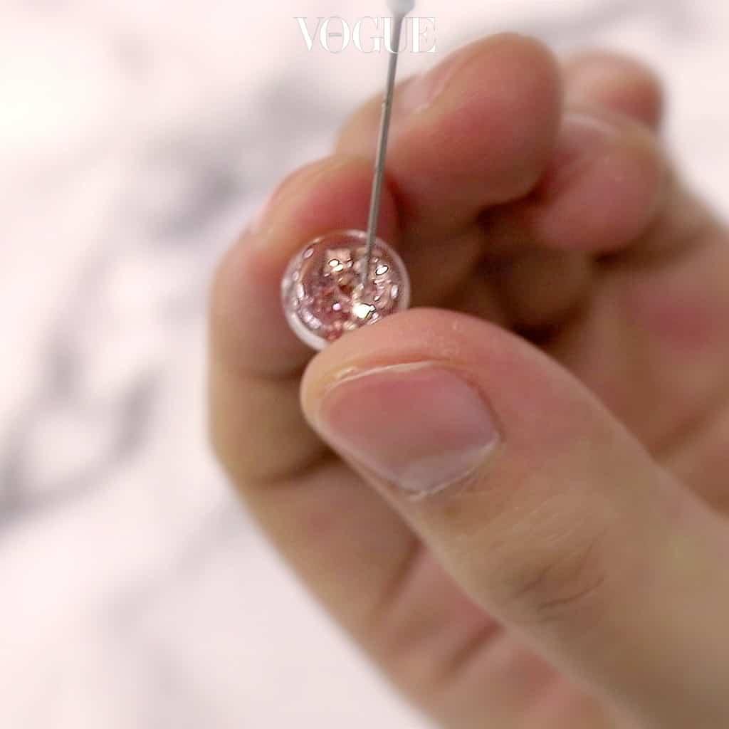 STEP 2 스노우볼 속에 투명한 오일을 주입합니다. 이 때 주사기를 이용하면 더욱 쉽답니다.