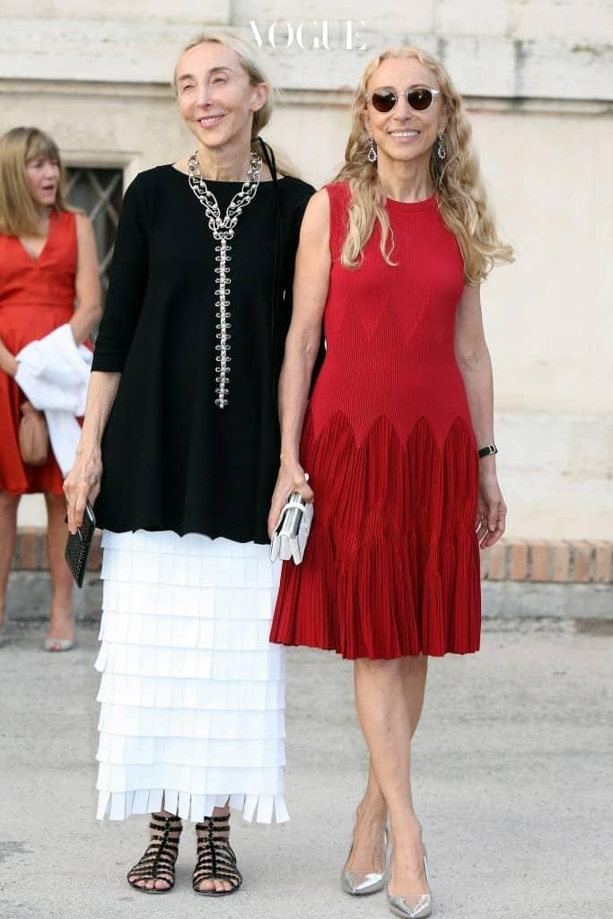 두 살 아래 동생인 프랑카 소짜니(Franca Sozzani) 또한 1994년부터 2016년 12월 세상을 뜨기 전까지  이탈리아 편집장을 역임하며 이탈리아 패션계를 점령했죠.