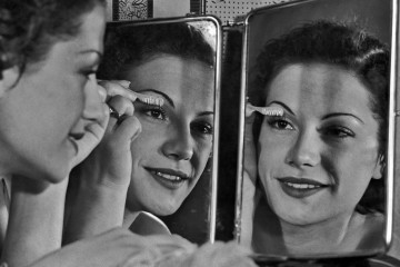 A woman using an eyelash comb while looking in the mirror circa 1930. (Photo by Keystone View/FPG/Getty Images)