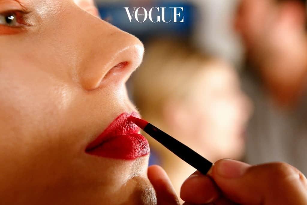 #10 뚜렷한 입술 라인 립 라이너로 입술의 모양을 또렷하게 그려 넣는 것. 간혹 입술선이 약하다며 립 라이너를 사용해 인위적으로 입술을 그리는 경우를 만나게 됩니다. 혹은 선명한 레드립을 연출하기 위해 조금 짙은 색상의 라이너로 입술 라인을 그리게 될 때가 있죠. 하지만 너무 이질적인 색상으로 입술 라인을 그리게 되면 또렷하다 못해 딱딱한 인상을 심어줄 수가 있습니다.