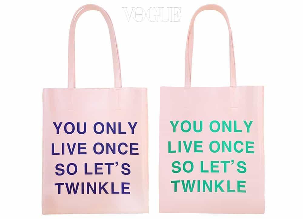 지금 '베네피트' 매장에서는 12만원 이상 구매시, 핑크 긍정백 'YOLO'를 증정하고 있답니다.  '한 번 사는 인생, 반짝여라' 문구와 베네피트가 주는 핑크 에너지가 참 잘어울리죠?