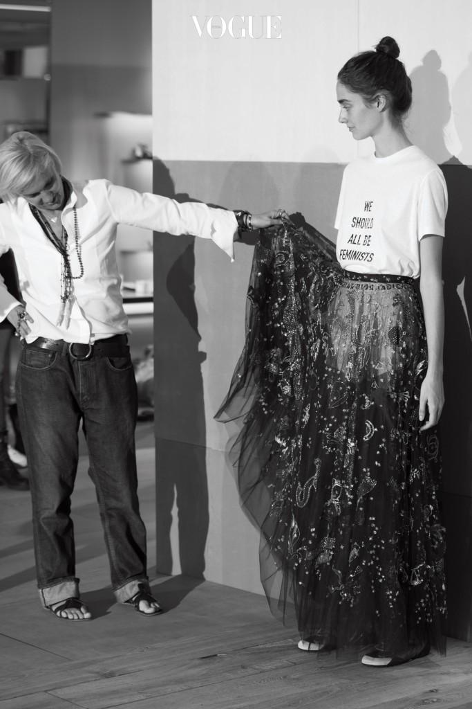 컬렉션 전, 아틀리에에서 옷을 살펴보고 있는 마리아 그라치아 키우리.