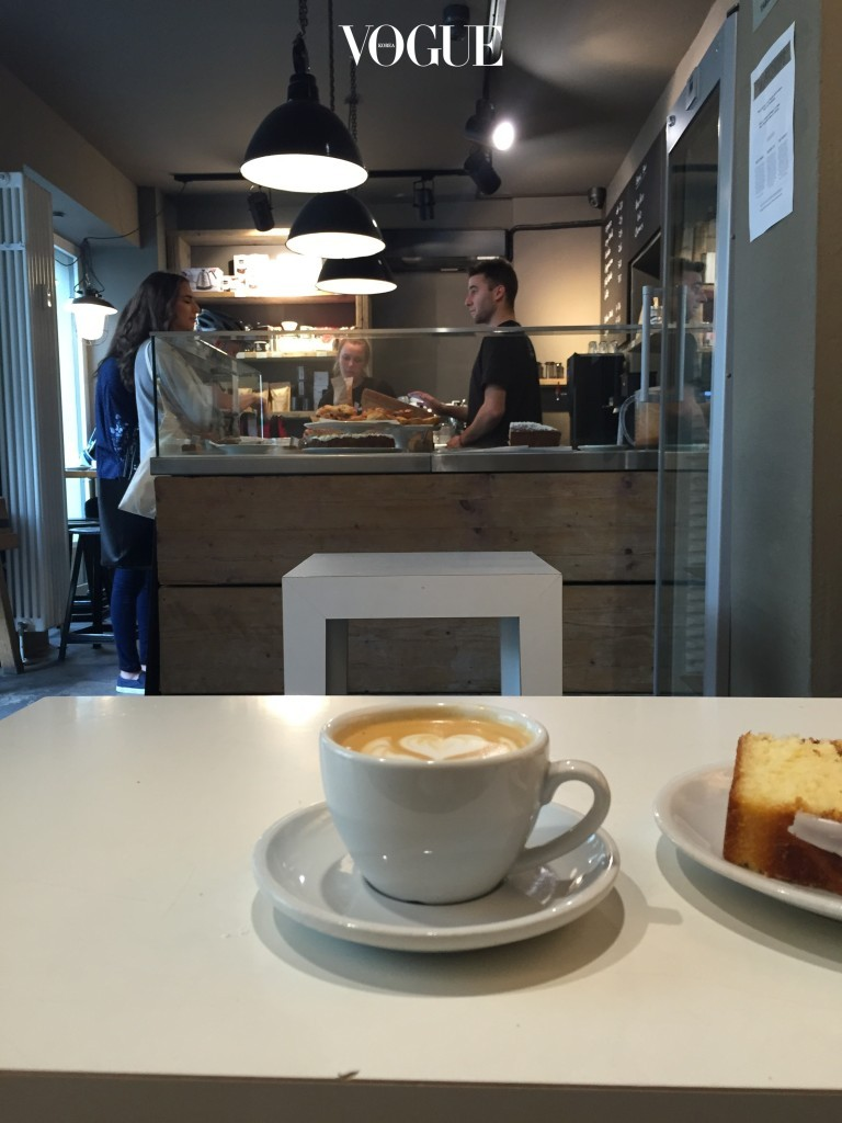 베를린의 3대 로스터리 중 하나로 베를린에 가면 꼭 들른다는 The Barn. 제법 규모가 큰 로스터리 카페와 Mitte의 자그마한 카페 두 곳이 운영 중이다. 아메리카노는 물론이고 플랫화이트와 카푸치노의 부드러움은 몇 번이고 이곳을 찾게 만드는 이유. 게다가 다양한 종류의 베이커리도 잊지 못할 맛이다.