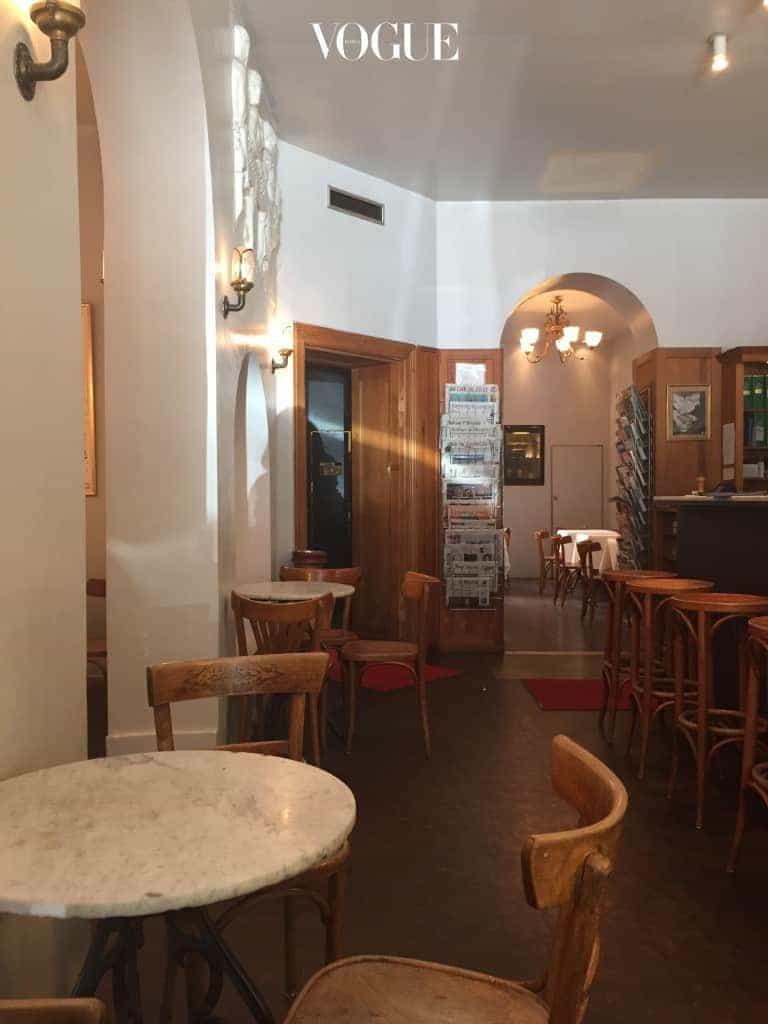 쿠담 거리 뒤편의 예술적인 정취가 물씬 풍기는 자비니 플라츠에 위치한 Cafe Savigny에 가면 마치 소설 속 이야기가 시작될 것만 같다. 인테리어는 19세기적 무드를 진하게 풍기는데 게다가 직원들은 블랙 베스트를 입고 정중하게 서빙을 한다. 클래식한 카푸치노도 한잔도 좋고 그날 그날 달라지는 런치 메뉴도 훌륭하다.