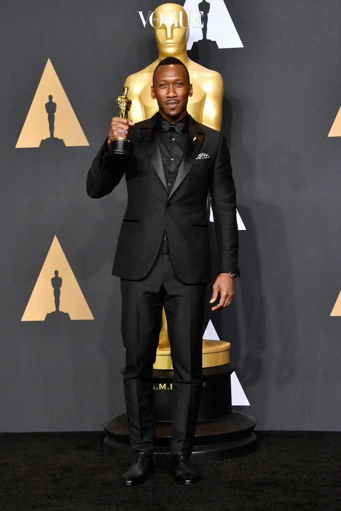 HOLLYWOOD, CA - FEBRUARY 26:  Actor Mahershala Ali, winner of Best Supporting Actor for 'Moonlight' poses in the press room during the 89th Annual Academy Awards at Hollywood & Highland Center on February 26, 2017 in Hollywood, California.  (Photo by Frazer Harrison/Getty Images)