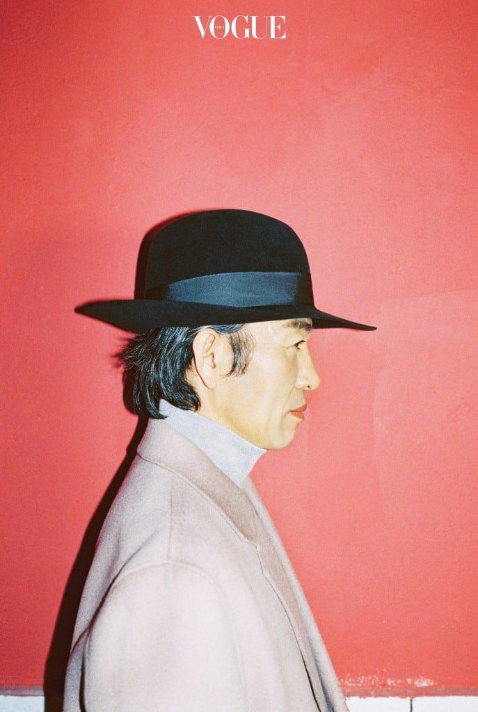자이언티 아버지의 옆모습. 아들은 아버지의 과거를 살고, 아버지는 아들의 미래를 산다. 코트와 터틀넥은 가먼트 레이블(Garment Lable), 페도라는 키지마 타카유키(Kijima Takayuki at Cabinets & Manhattans).