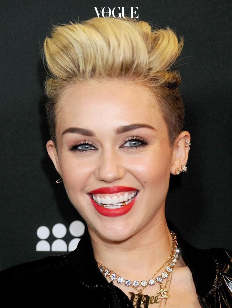 마일리 사이러스 Miley Cyrus 아래 치아에 드라큘라 같은 금니를 씌웠죠.