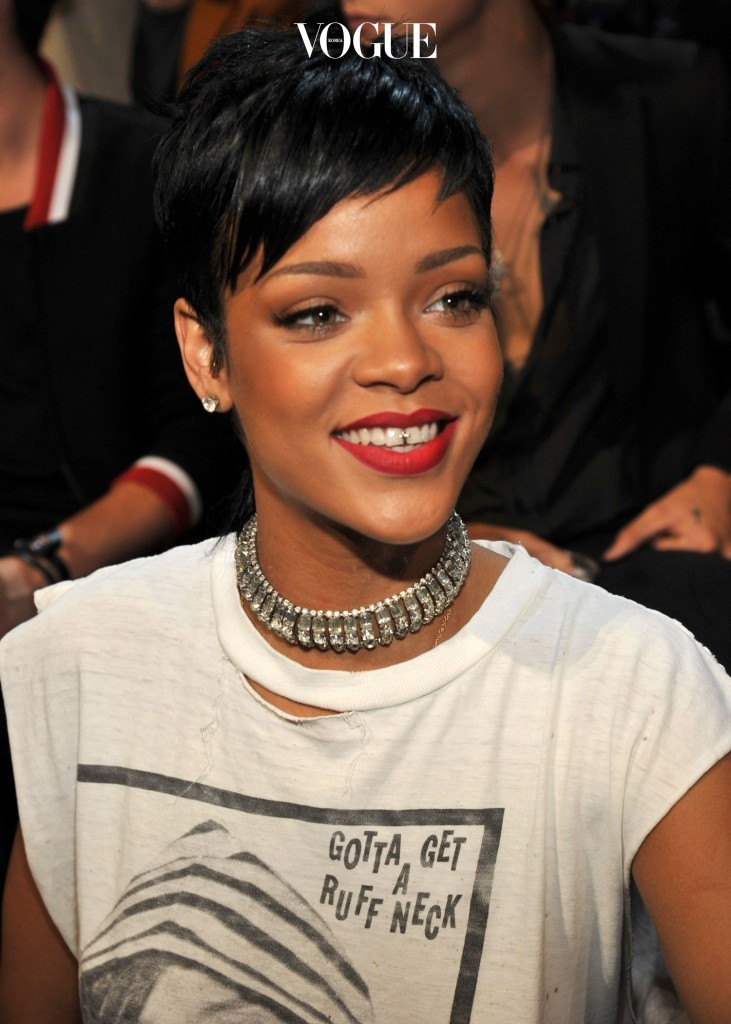 리한나 Rihanna 가운데 윗 치아의 중심을 실버로 장식했죠.