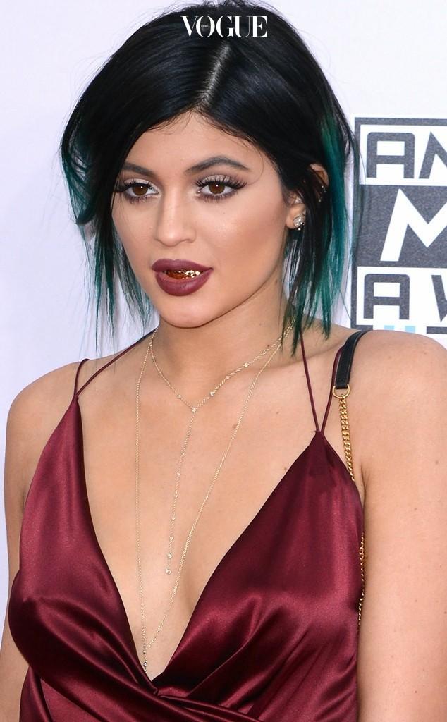 카일리 제너 Kylie Jenner 아래 치아 전체를 골드 그릴로 감쌌죠.