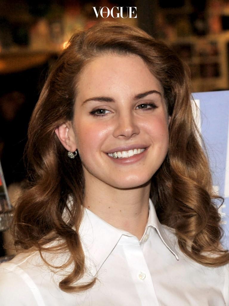 라나 델 레이 Lana Del Rey 위 송곳니 하나를 다이아몬드로 장식했죠.