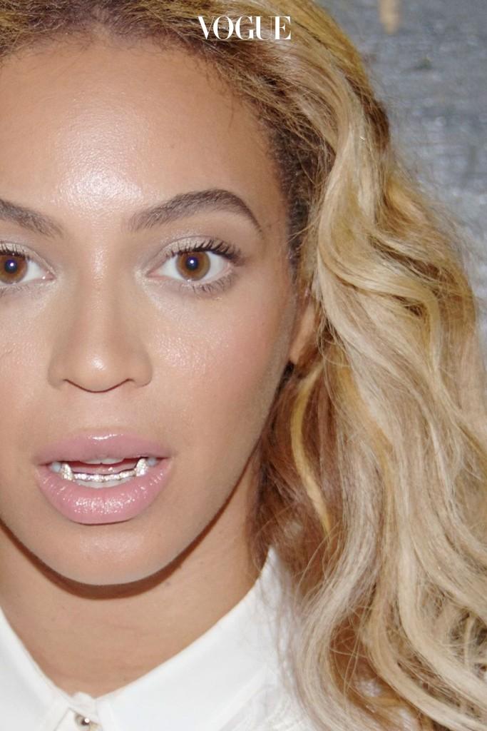 비욘세 Beyoncé 귀여운 느낌의 펄 드라큘라 그릴을 연출했네요.