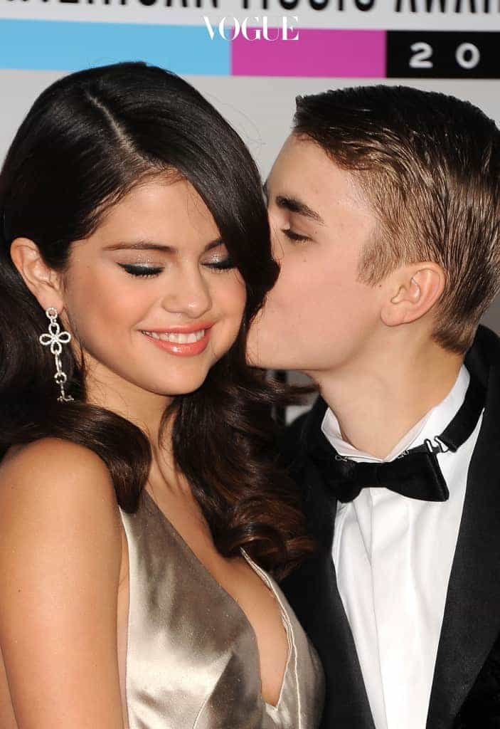 LOS ANGELES, CA - NOVEMBER 20:  Singers Selena Gomez (L) and Justin Bieber arrive at the 2011 American Music Awards held at Nokia Theatre L.A. LIVE on November 20, 2011 in Los Angeles, California.  (Photo by Jason Merritt/Getty Images)