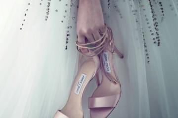 발레리나처럼 우아한 발걸음을 인도해줄 새틴 소재의 '레인 샌들'. 튤 드레스는 엔엠비 브라이덜(NMB Bridal).