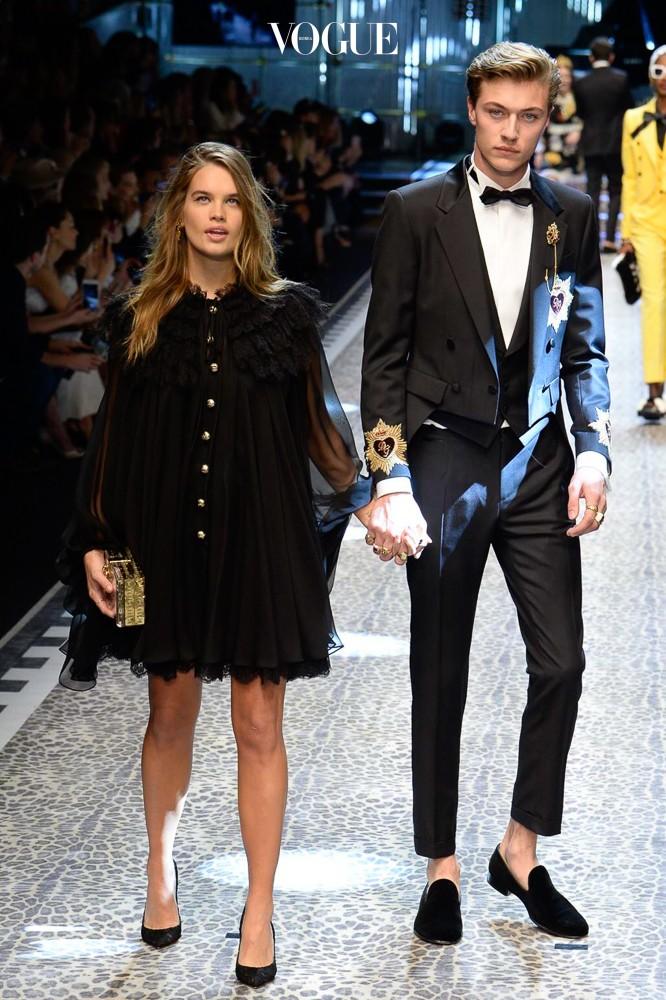17FW 밀란 패션 위크 돌체 앤 가바나 쇼에서는 커플이 나란히 함께 런웨이에 올라 워킹을 하기도 했습니다.