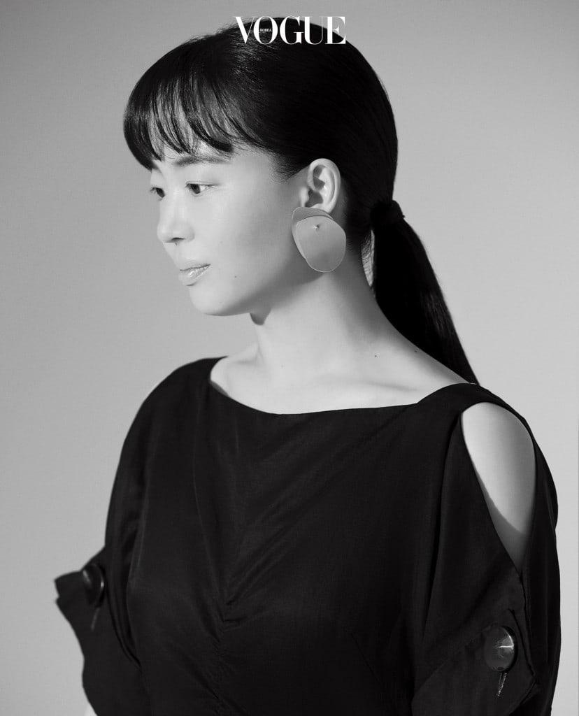 드레스는 유돈초이(Eudon Choi), 귀고리는 코스(Cos).