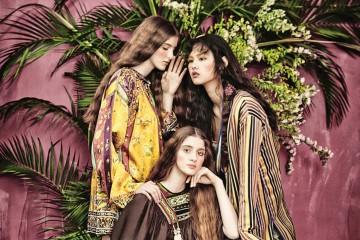 니트 케이프를 어깨에 슬쩍 걸치면 멋진 히피 룩이 완성된다.(왼쪽) 왼쪽에 서 있는 모델이 입은 꽃과 새가 그려진 실크 미니 드레스, 가운데 앉아 있는 모델이 입은 에스닉한 미니 드레스 그리고 오른쪽 모델이 입은 스트라이프 가운과 랩 원피스까지. 70년대 아이콘인 탈리타 게티가 떠오르는 쿨한 히피 걸들이 탄생했다.