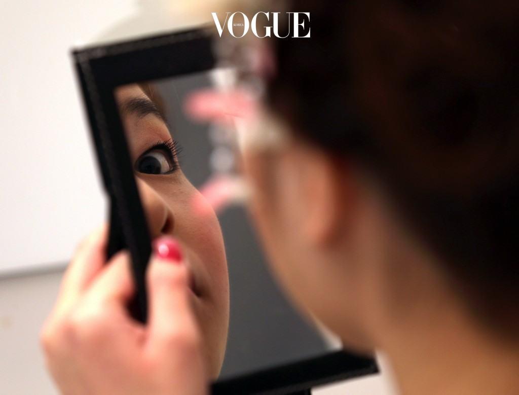 갑자기 생겨난 점 하나를 보고도 거울 앞에서 소리를 내지르는 우리. 얼굴을 얼룩덜룩하게 만들었던 기미와 주근깨는 공공의 적이 되기에 충분했죠.