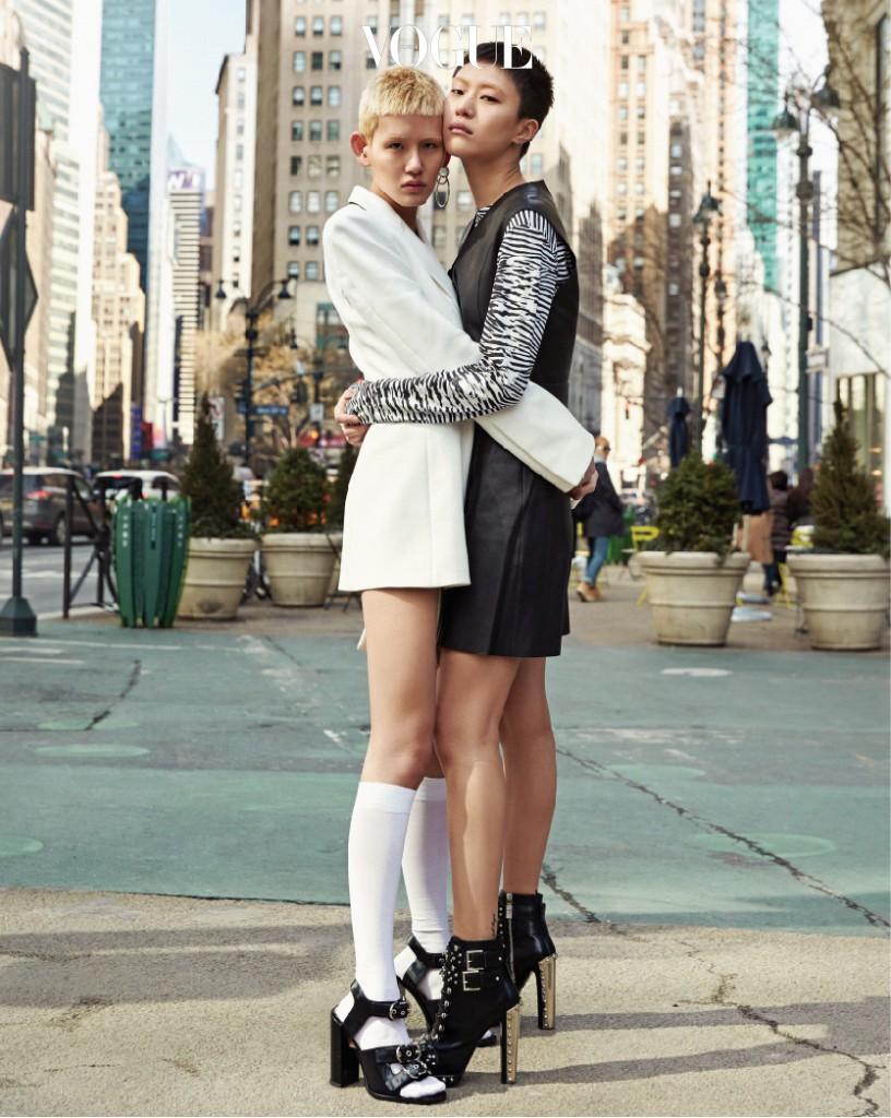 파리를 끝으로 패션 위크 대장정을 마친 이지와 정소현이 뉴욕 헤럴드 스퀘어에서 만났다. 이지가 입은 흰색 재킷은 오프화이트(Off-White), 링 귀고리는 알렉산더 왕(Alexander Wang), 흰색 양말은 팔케(Falke), 버클이 달린 샌들은 까르벵(Carven), 소현이 입은 줄무늬 티셔츠는 프로엔자 스쿨러(Proenza Schouler), 슬리브리스 레더 드레스는 디온 리(Dion Lee), 블랙 스터드 힐은 알렉산더 맥퀸(Alexaner McQueen).