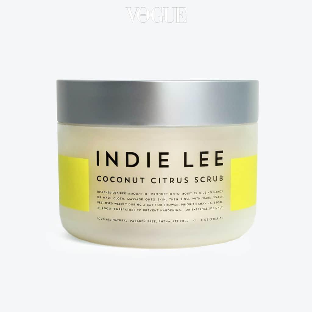 코코넛, 레몬그라스, 레몬밤 등 내추럴 성분의 바디 스크럽이에요. 피부를 자극하지 않고 부드럽게 각질을 제거하며 피부 톤을 환하게 정돈해주고 입술 각질제거제로도 활용할 수 있어 일석이조! 237 ml 5만5천원.