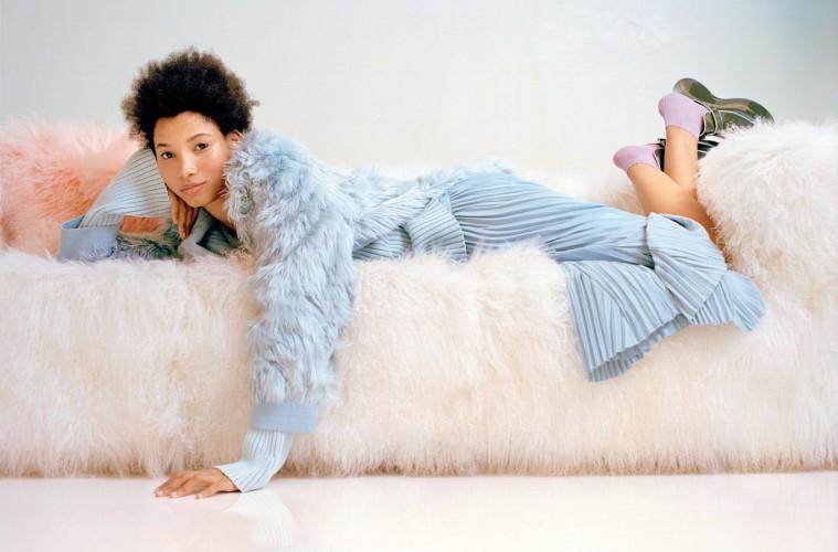 디자이너 샌더 락의 스튜디오에서 포즈를 취한 모델 리네이시 몬테로(Lineisy Montero@Next). 하늘색 알파카 퍼 코트와 스웨터, 스커트와 클로그 슈즈는시스 마잔(Sies Marjan).