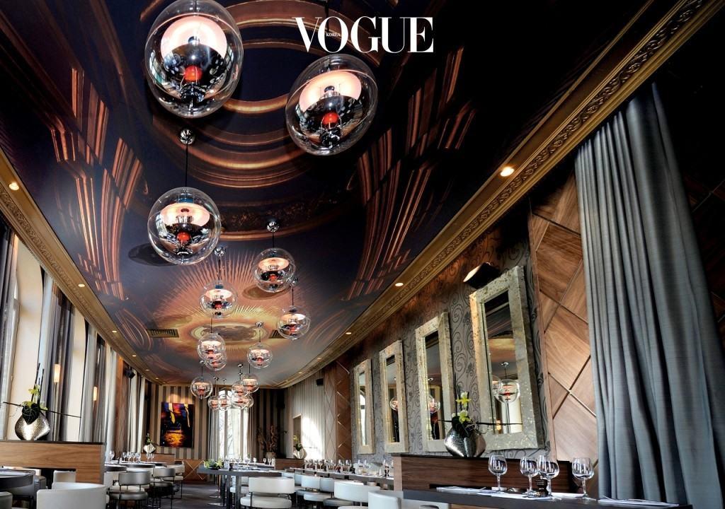 아치(L'arch)레스토랑의 VP Globe. 중후한 공간에 시크하게 떠다니는 globe의 신비로움은 스탠리 큐브릭 감독의 1968년 개봉영화 '2001 스페이스 오디세이'의 한 장면을 연상케 한다.