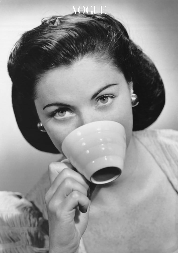 평소 누런 치아가 컴플렉스였다면 식습관부터 점검해보세요. 치아 변색을 유발하는 음식들이 생각보다 많으니까요. 가장 대표적인 것이 커피! 무심코 주문한 '아아메(아이스 아메리카노)' 한 잔이 당신의 누런 니를 완성시켰을 지 몰라요. 치과 의사들이 치아 교정이나 미백 시술 중인 환자에게 금기하는 1순위 음식도 커피라고 하니, 더 강조할 필요도 없겠죠?