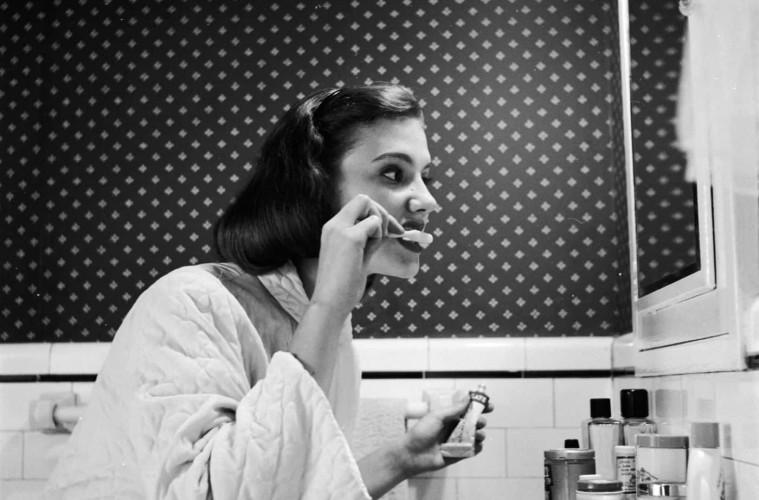 담배가 치아 변색을 야기시킨다는 것은 흡연자들에겐 널리 알려진 사실. 또 어떤 것들이 있을까요? 탄닌산이 풍부한 레드 와인과 홍차, 그리고 카레 역시 치아 변색의 원인이 될 수 있어요. 만약 이런 음식들을 즐겨 먹는다면 섭취 후 양치질은 필수! 여의치 않다면 물로 가볍게 입을 헹궈주고, 음료류는 입을 대고 마시는 것보다 빨대를 사용하는 편이 적게나마 착색 예방 효과가 있다고 합니다.