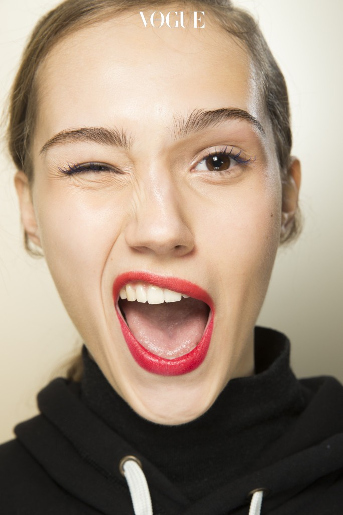 하지만 시중에 쏟아져 나온 리퀴드 립스틱들은 질감도 색감도 발림성도 천차만별이라 패키지와 온라인 상의발색 사진만 봐서는 숨은 진주를 찾아내기 쉽지 않습니다.