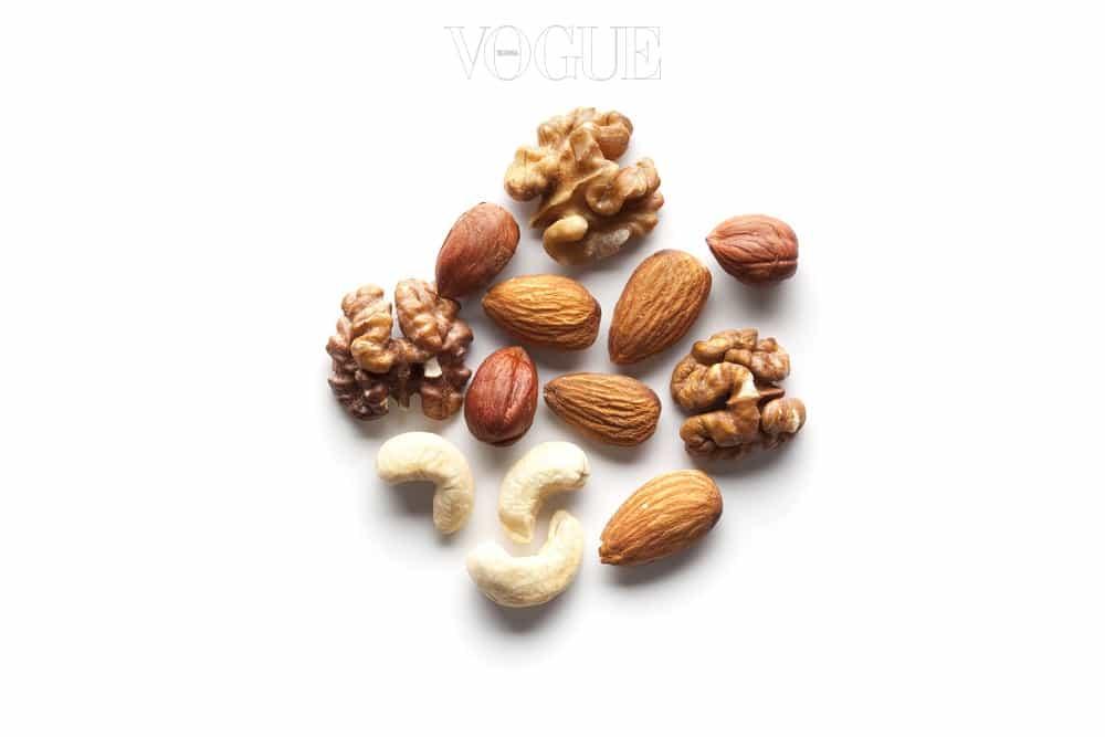 체중 감량을 목표로 하고 있다면 아몬드를 추천합니다. 견과류 중 지방 함량이 가장 적으니까요. 볶은 아몬드 10개 정도는 59칼로리 정도로, 해당 칼로리의 다른 견과를 즐기고 싶다면 땅콩 한 줌(58kcal), 호두 다섯 알(65kcal), 잣 15개(66kcal) 정도가 좋겠어요. 단, 견과류의 지방은 고칼로리니 하루에 섭취량이 1/2컵(42g)을 넘지 않아야 합니다