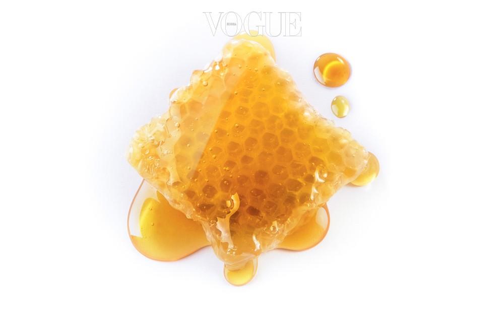 빡빡한 호밀빵에 고소한 버터를 발라 맛을 즐기고 싶은 충동이 인다고요? 버터 대신 꿀을 발라보세요. 꿀은 설탕보다 과당과 포도당의 함유량이 적고 복잡한 분자 구조를 가지고 있어 분해되는 시간이 상대적으로 깁니다. 즉, 같은 단맛이지만 쉽게 당이 오르지 않는다는 것이죠. 게다가 몸에 좋은 미네랄이 듬뿍 들어 있어요.