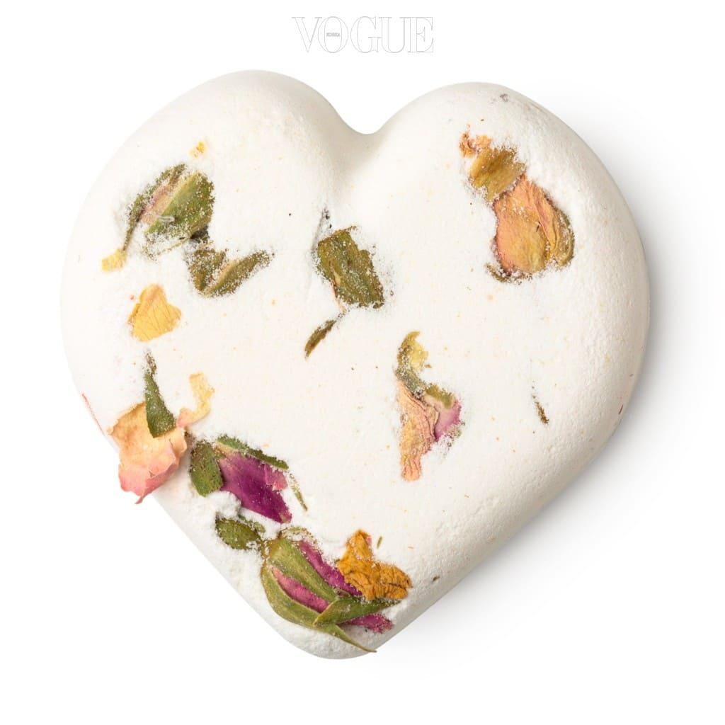 장미가 박힌 로맨틱한 입욕제는 방향 효과도 뛰어나다.