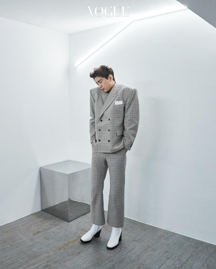 어깨를 강조한 더블 브레스트 재킷과 크롭트 팬츠, 흰색 플랫폼 부츠는 발렌시아가(Balenciaga).