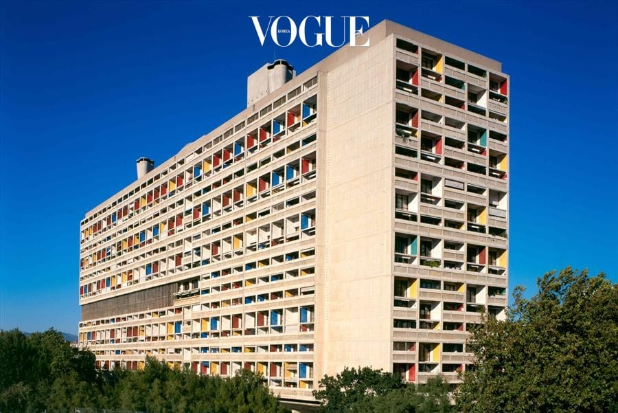 Cité radieuse de Marseille마르세유에 도착하자마자 달려간 르 코르뷔지에의 작품. 중심가에서 좀 떨어져 있지만, 충분히 가볼 만하다. 무려 70여년 전 건물이지만, 르 코르뷔지에의 감각은 현대적 그대로다. 원래 아파트로 지어진 만큼 아직도 살고 있는 주민들도 있다. 그리고 이 속엔 호텔, 카페, 슈퍼마켓 등의 상가도 자리하고 있다. 그리고 꼭 봐야 하는 곳은 옥상. 마르세유 시내가 훤히 보이는 풍경은 압도적이다.www.marseille-citeradieuse.org