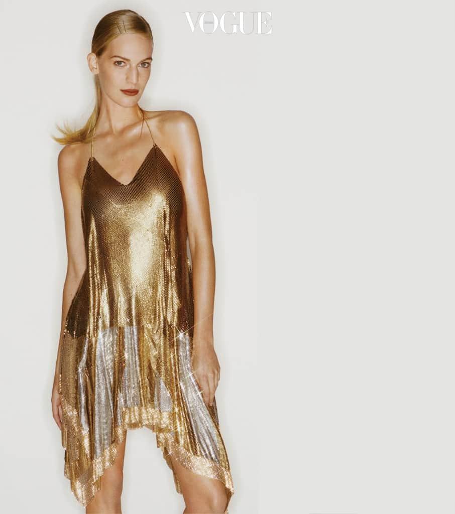 바네사 악센테(Vanessa Axente@DNA Models)가 입은 금빛과 은빛으로 반짝이는 메탈소재 매시 톱은 발맹(Balmain).