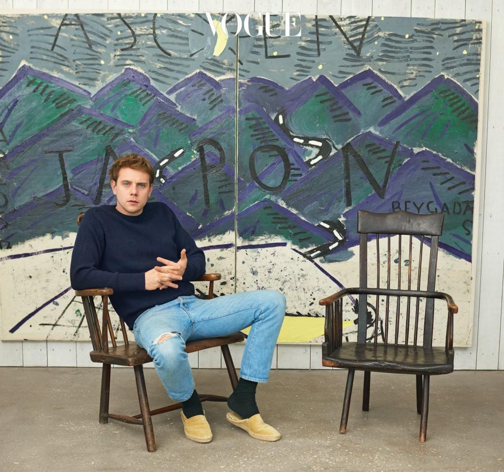 조나단 앤더슨의 취향은 더없이 완벽해 보인다. 그가 로즈 와일리(Rose Wylie)의 2008년 그림 'Japon Driving' 앞에서 포즈를 취하고 있다.