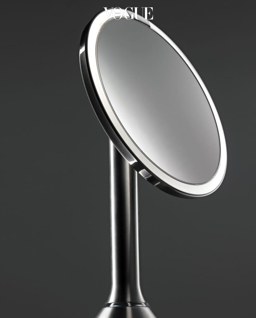 """Digital Mirror""""7배 확대 기능도 모자라 불빛까지 나오는 만능 거울이라니! 모두가 이런 똑똑한 거울과 함께면 메이크업의 완성도가 높아질 것이라 예상했다. 하지만 이게 웬걸. 거울 속에 비치는 적나라한 모공과 주름으로 자신감이 떨어진 데다 자괴감에 빠져버렸다는 의견이 대부분이다. 일반 거울에 비해 화장의 두께나 펴 발림 정도는 구체적으로 잘 보이나 심리적으로 위축된다는 게 흠. 게다가 자동 발사되는 불빛은 어찌나 강한지 눈이 부실 정도."""" 이자원(메이크업 아티스트)심플휴먼 '센서 미러'."""