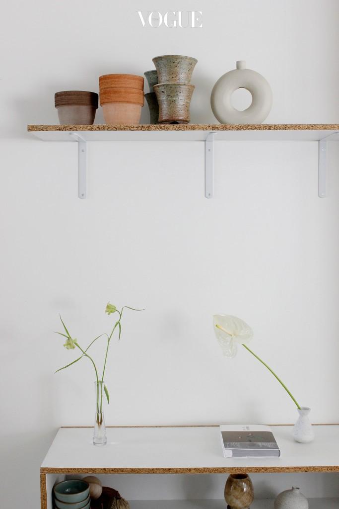 일본의 꽃꽂이 형식중에 하나인 '나게이레'는 아무렇게나 던져 넣은 것 같이 꽂는 것을 말합니다. 굳이 많은 양과 많은 종류의 꽃을 함께 꽂기 보다는 독특한 꽃 한 송이를 예쁜 화병에 꽂아보세요. 집안 분위기를 바꾸는 데에 도움이 될 거예요.