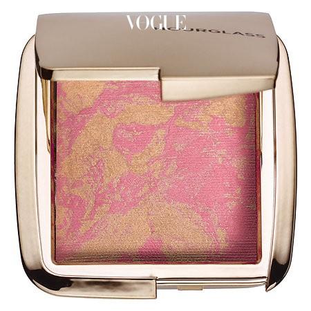 아워 글래스의 '앰비션 라이팅 블러쉬 골든 푸시아' 핑크와 골드가 적절히 섞여 있어 피부에 화사한 빛을 더해줍니다. 가격 38달러.