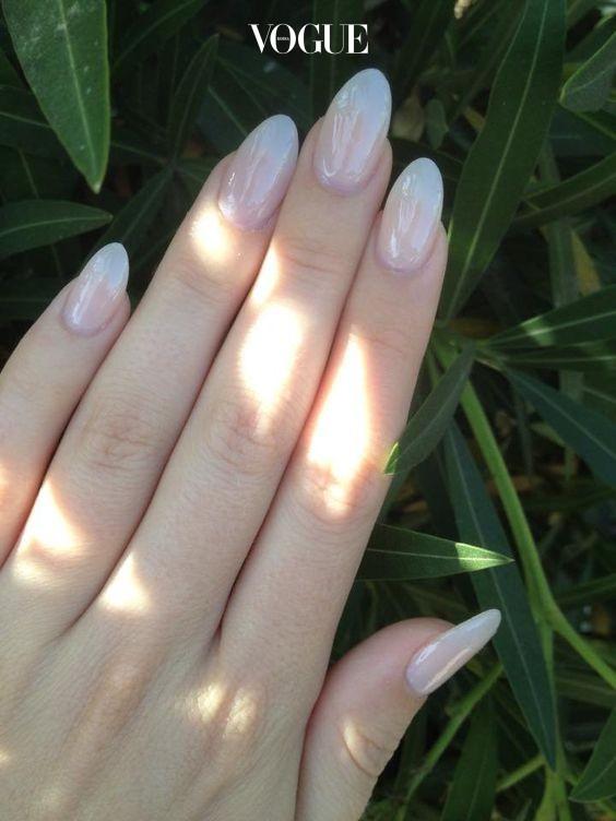 릴리의 '아몬드 밀크' 네일처럼 손톱 밑에 자리한 스킨이 살짝 비쳐도 여리여리한 듯 예쁘지만,